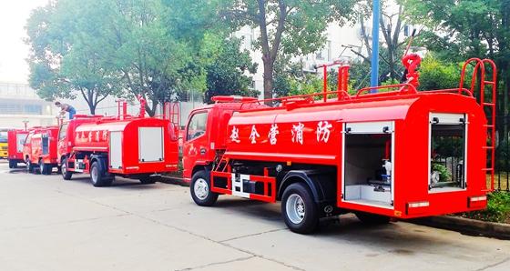 国五东风小多利卡4吨消防洒水车(带卷帘门)